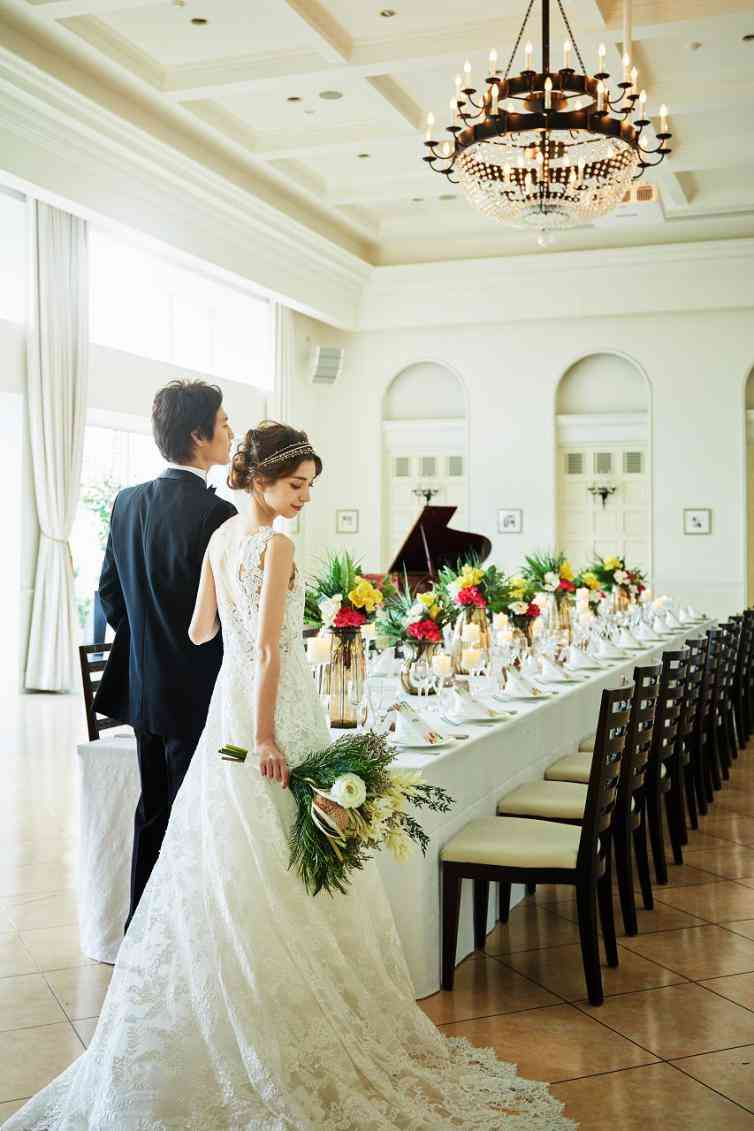 藻岩山の山麓道路沿い、白亜の邸宅がいま人気のウェディング会場「ヒルサイド迎賓館」。結婚式当日は、邸宅のすべてをふたりの貸切に。