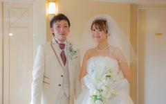 写真:模擬挙式を行うカップル