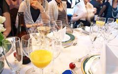 写真:模擬披露宴を体験する
